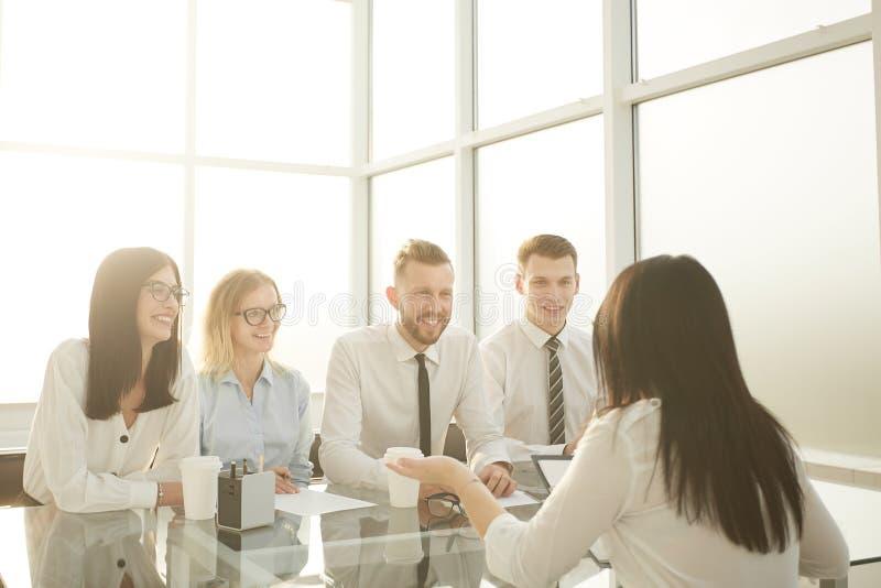 小组HR经理采访一名年轻女性候选人 免版税图库摄影