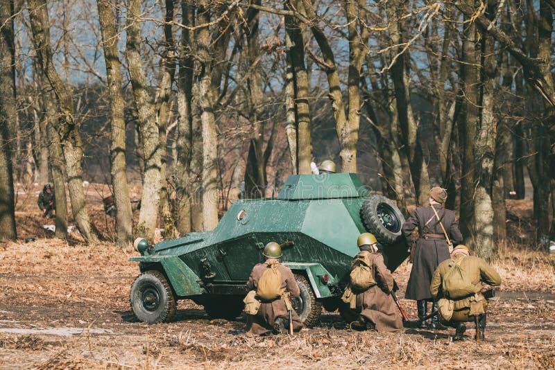小组Reenactors穿戴了作为俄国苏维埃红军士兵 免版税库存照片
