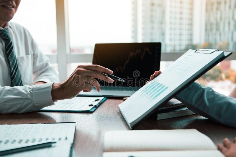 小组usiness工作合作的工友绘制公司财政决算图表报告,并且赢利工作进展和计划 免版税库存照片