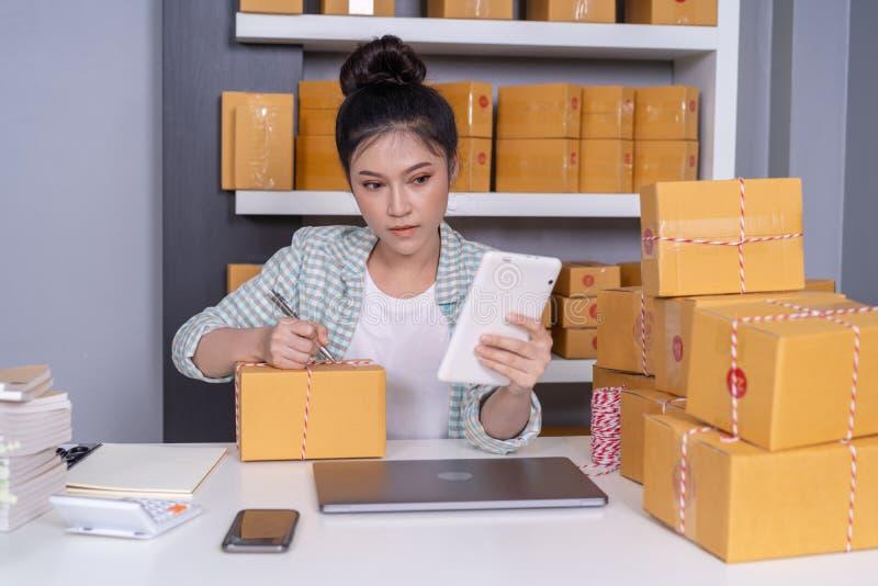 小网上企业主,妇女与数字片剂p一起使用 库存图片
