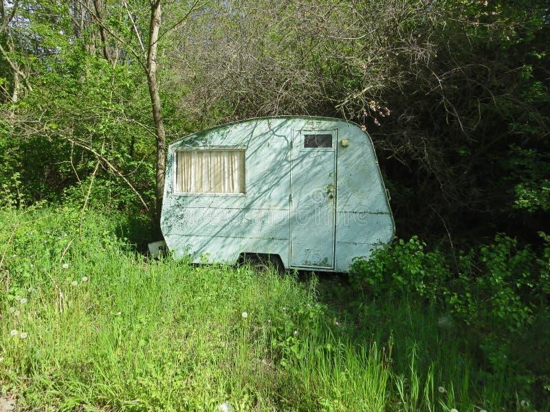 小老有蓬卡车在森林 在自然的阿卡狄亚假期 免版税库存图片