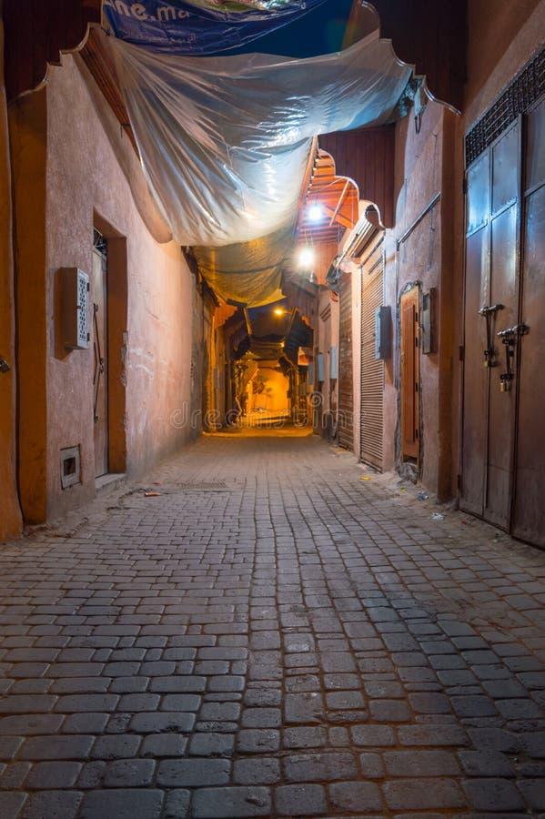 小胡同在晚上在马拉喀什,摩洛哥 免版税库存图片