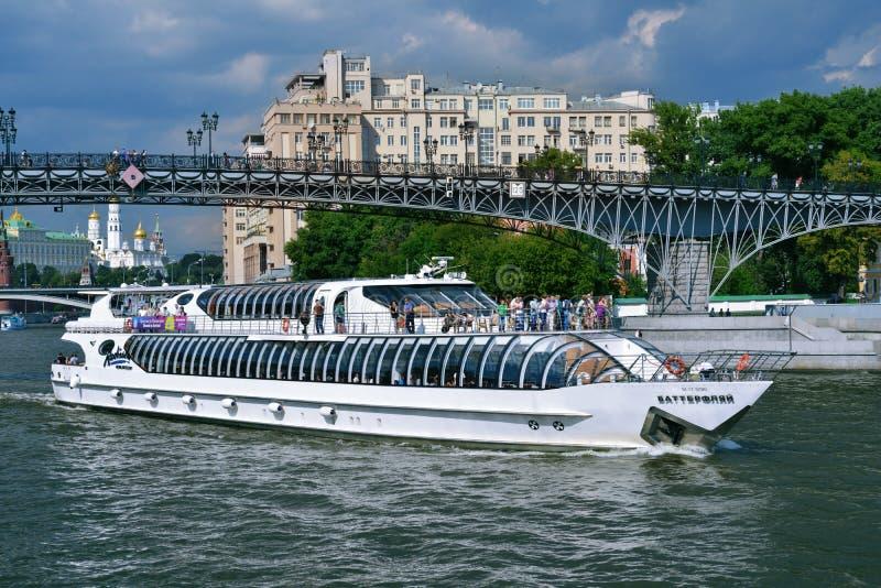 小舰队拉迪森游艇皇家在莫斯科河 免版税库存图片