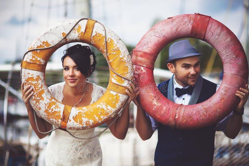 小船、婚礼、新娘和新郎 库存照片