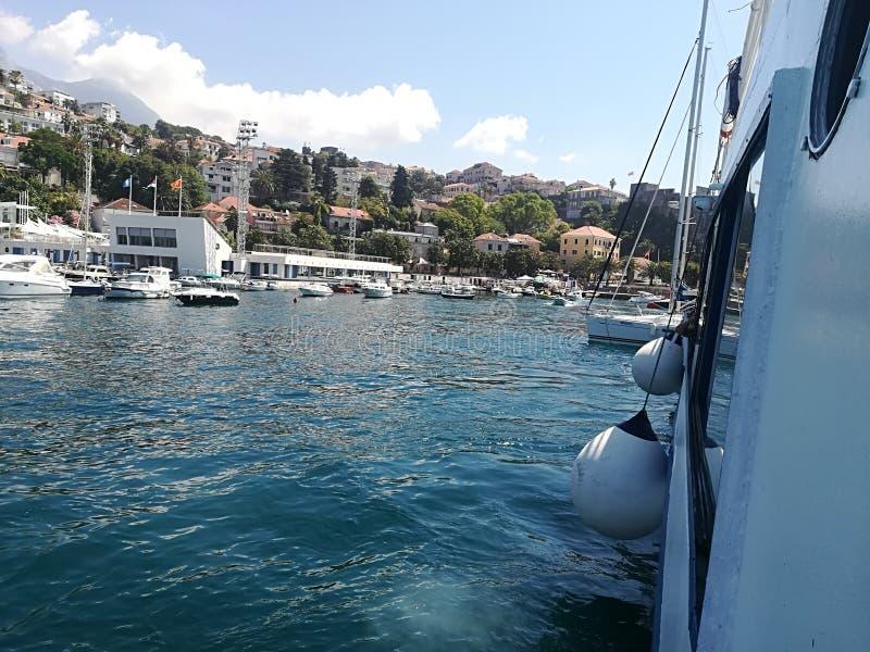 小船、小船和老游艇在码头附近 免版税库存照片