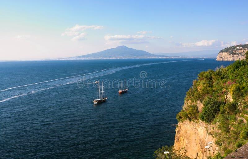 小船、海和维苏威- III -褶皱藻属-意大利 免版税库存照片