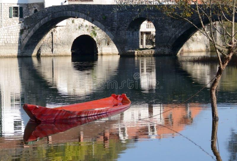 小船、老房子&桥梁,在镇静水的反射 图库摄影