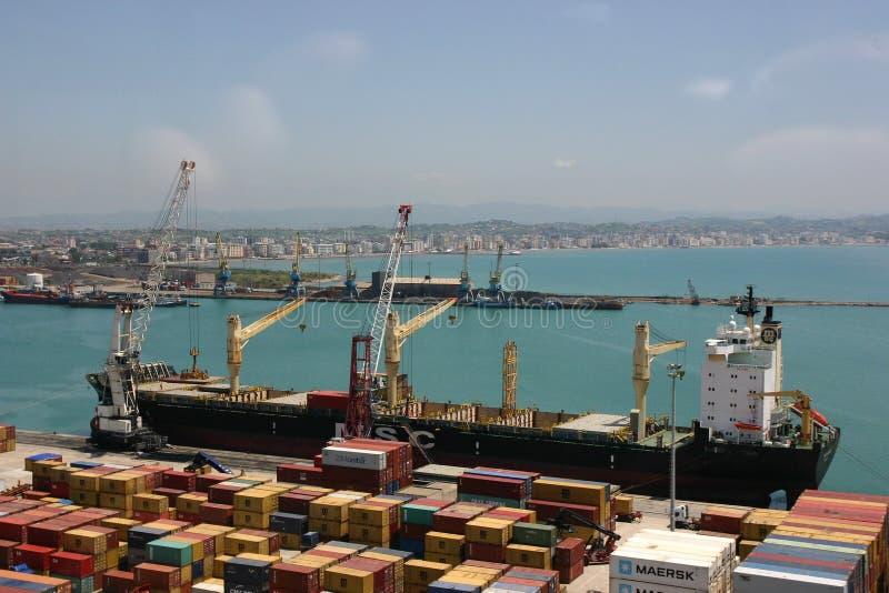 小船、起重机和运输货柜在都拉斯 免版税图库摄影