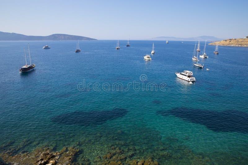 小船、风船和游艇在出口到深蓝色海在地中海海岸附近 库存图片