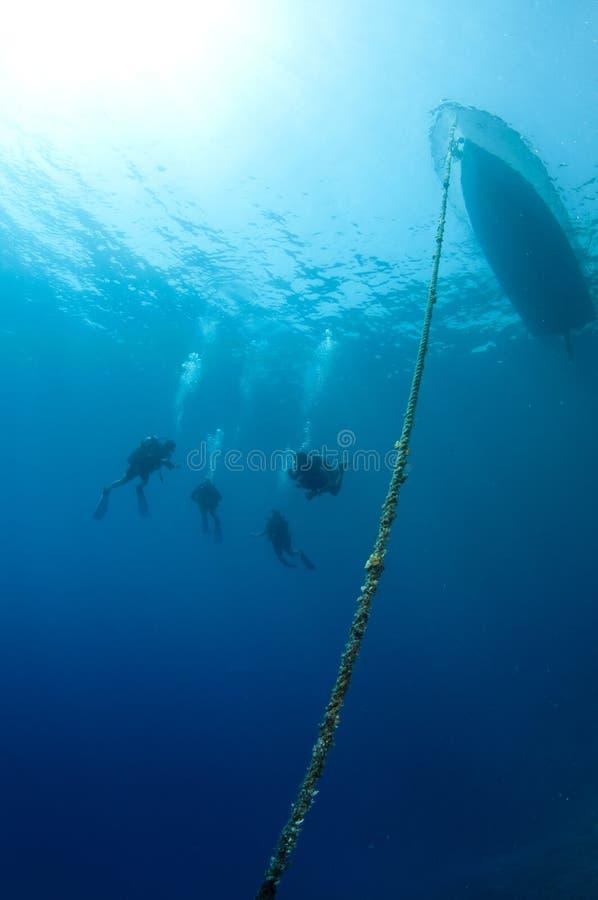 小船下潜潜水员一起框架水肺 免版税库存照片