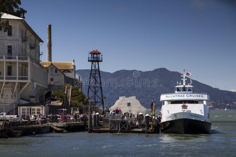 小船下船在阿尔卡特拉斯岛海岛上的游人  旧金山湾 免版税库存图片
