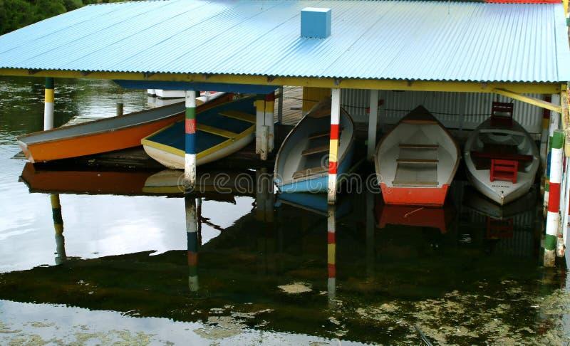 小船五颜六色的房子 库存照片