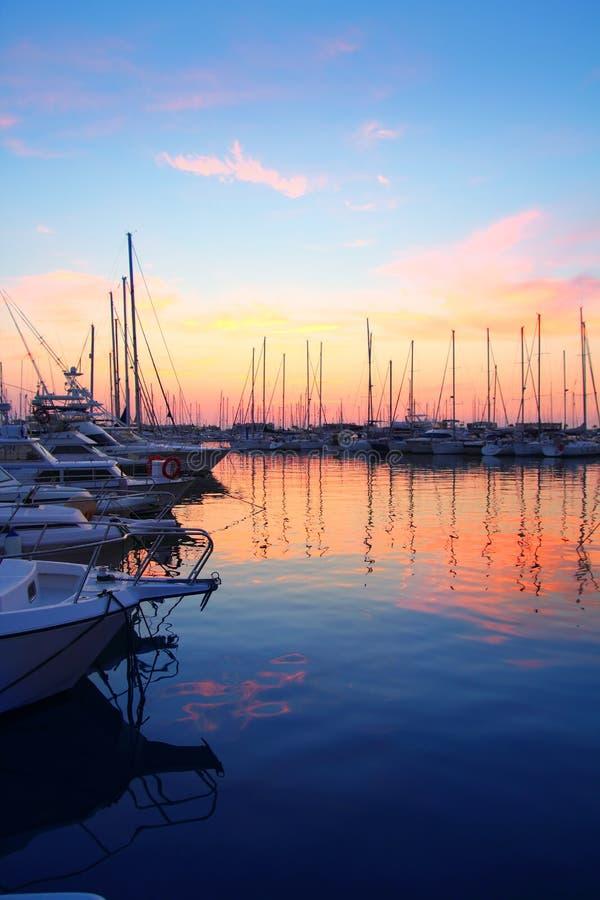 小船五颜六色的海滨广场体育运动日&# 免版税图库摄影