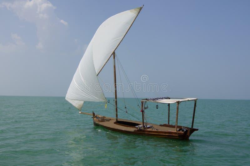 小船传统单桅三角帆船的风帆 库存照片