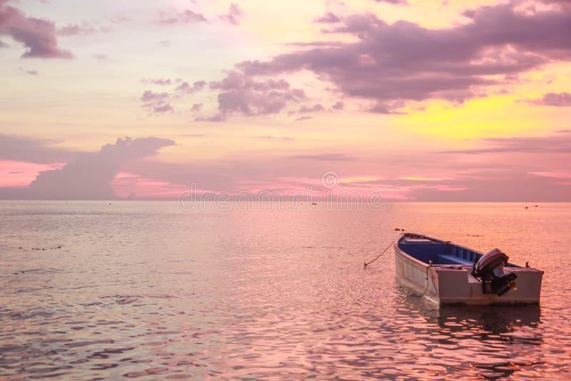 小船偏僻的海运 免版税库存图片
