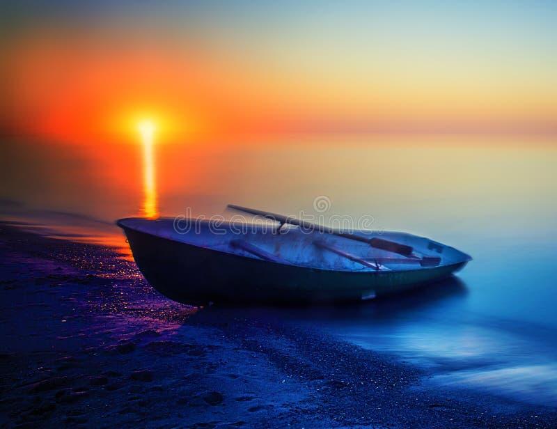 小船偏僻的日落 免版税库存图片