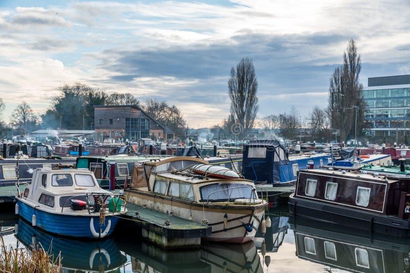 小船停放在小游艇船坞在北安普顿 免版税图库摄影