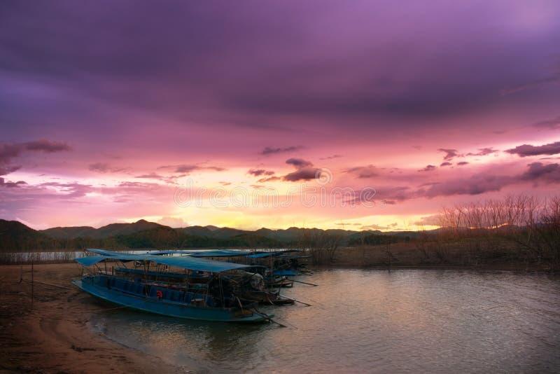 小船停泊在日落的,在国立公园,泰国的暮色天空 免版税库存照片