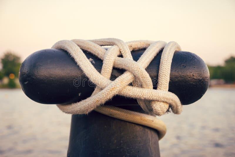 小船停泊的特写镜头与绳索的 免版税库存照片