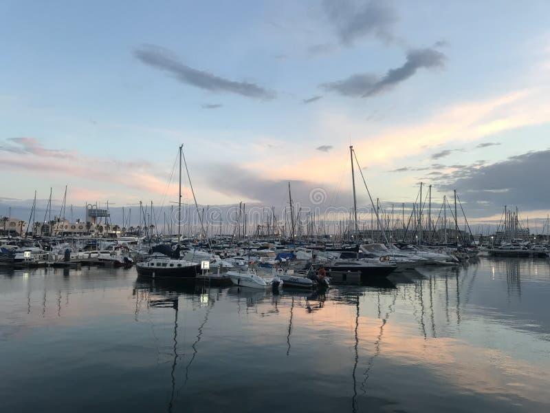 小船停车处,在阿利坎特,西班牙港的日落  免版税库存照片