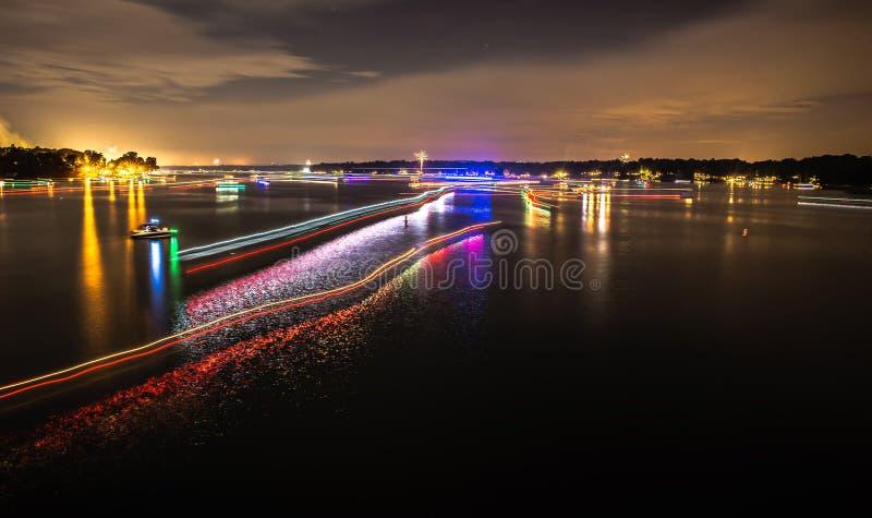 小船光在湖wylie落后在第4 7月烟花以后 免版税库存图片