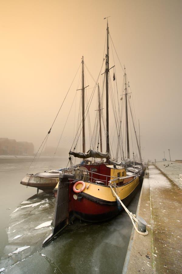 小船冷日航行冬天 库存图片