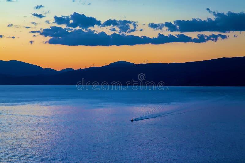小船出租汽车用主要希腊连接海岛九头蛇 免版税库存照片