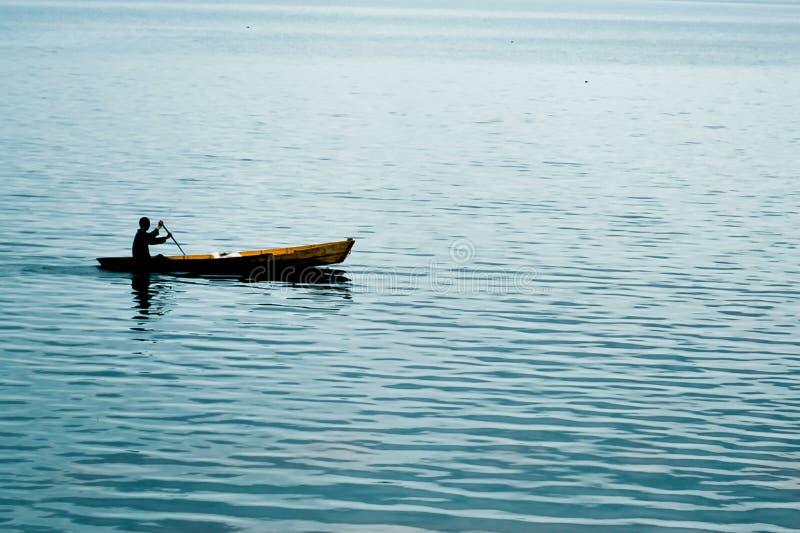 小船剪影在湖的 库存照片