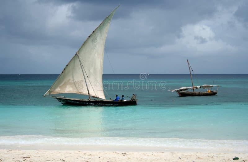 小船单桅三角帆船捕鱼 免版税库存图片