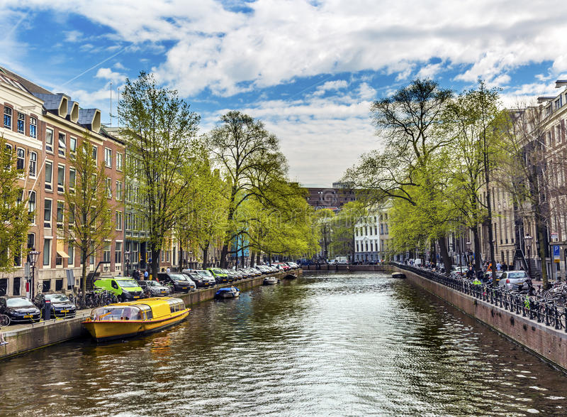 小船反射骑自行车运河阿姆斯特丹荷兰荷兰 库存照片