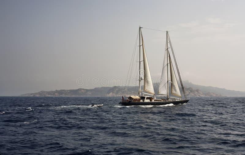小船可西嘉岛法国ketch航行 免版税库存照片