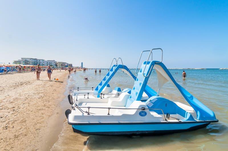 小船和人们海滩的在切尔维亚,意大利 免版税库存图片