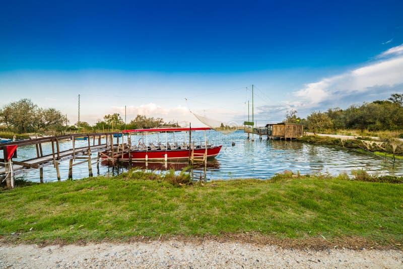 小船和传统渔欧洲人小屋看法  免版税库存照片