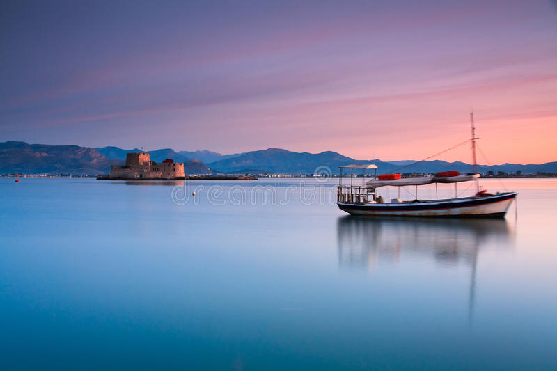 小船和城堡,纳夫普利翁,希腊 免版税图库摄影