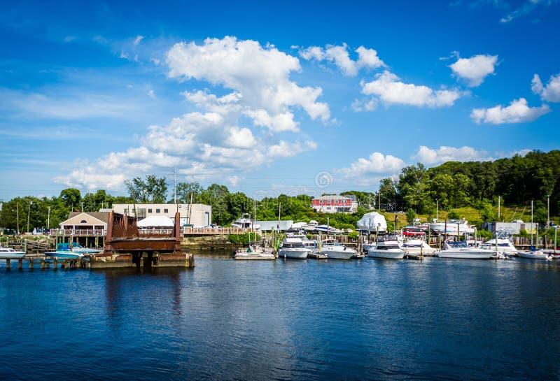 小船和大厦沿Seekonk河,在上帝, Rhod 库存照片