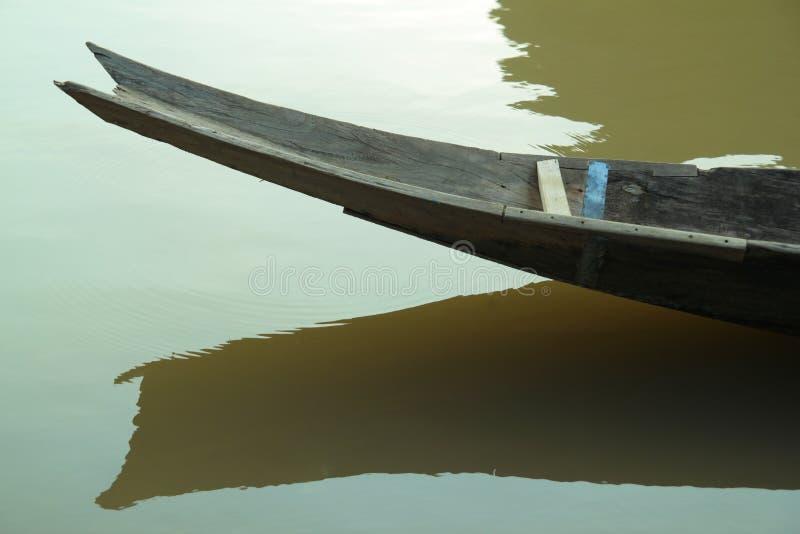 小船和它的反射在水 免版税库存照片