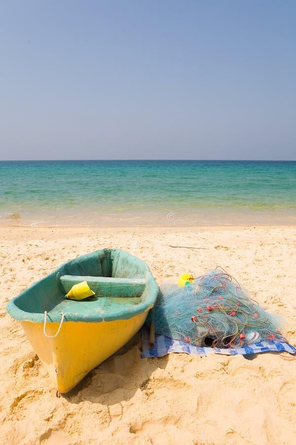 小船和捕鱼网在海和云彩的背景 图库摄影