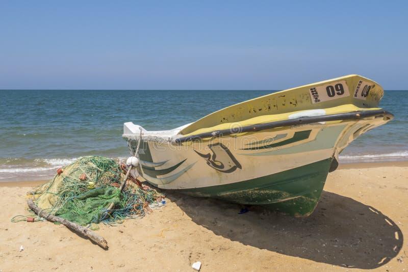 小船和捕鱼网在海滩,斯里兰卡 免版税图库摄影