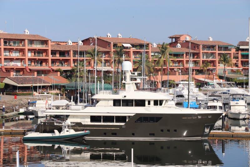 小船和旅馆 免版税库存照片