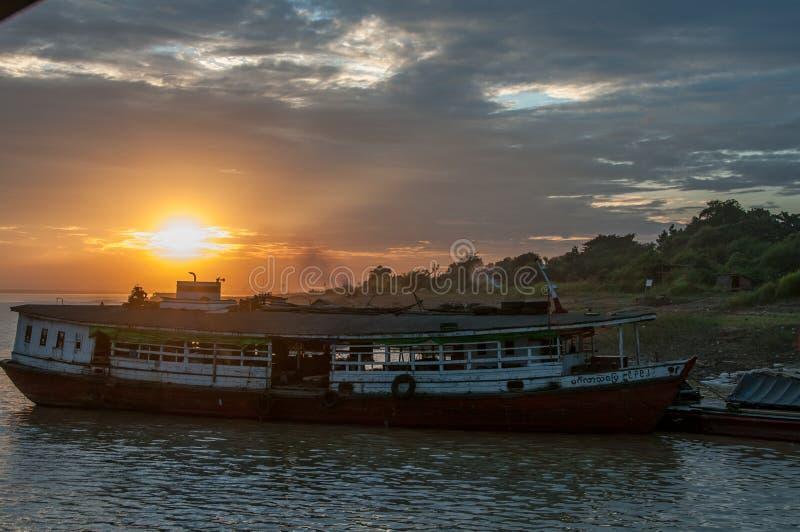 小船和日落在Irrawaddy河 库存图片