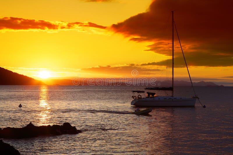 小船和日落在Whitsundays 库存照片