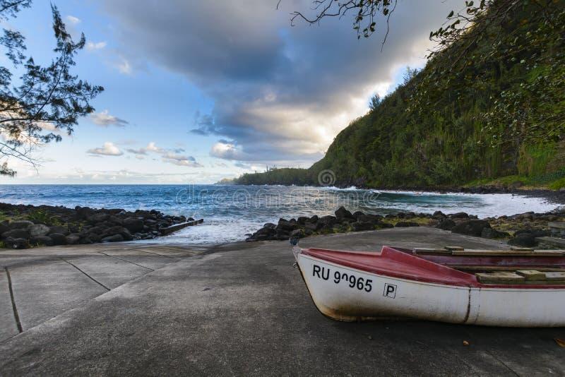小船和海岸在Anse des在Sainte罗斯市, Reun附近落下 免版税库存图片