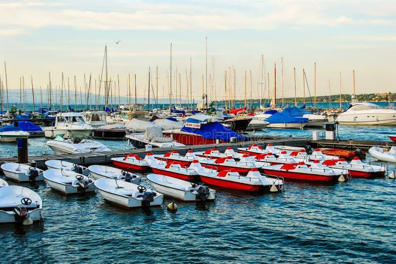 小船和游艇停住在Geneva湖 瑞士 免版税库存照片