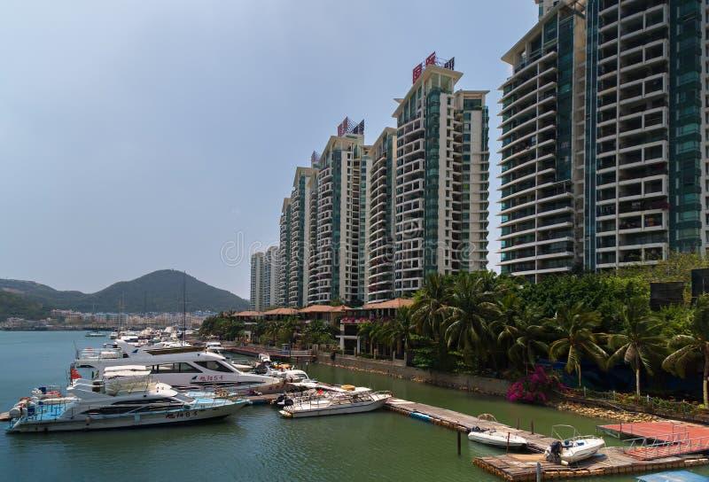 小船和游艇停车处在Linchun河在三亚市,海南岛 免版税库存照片