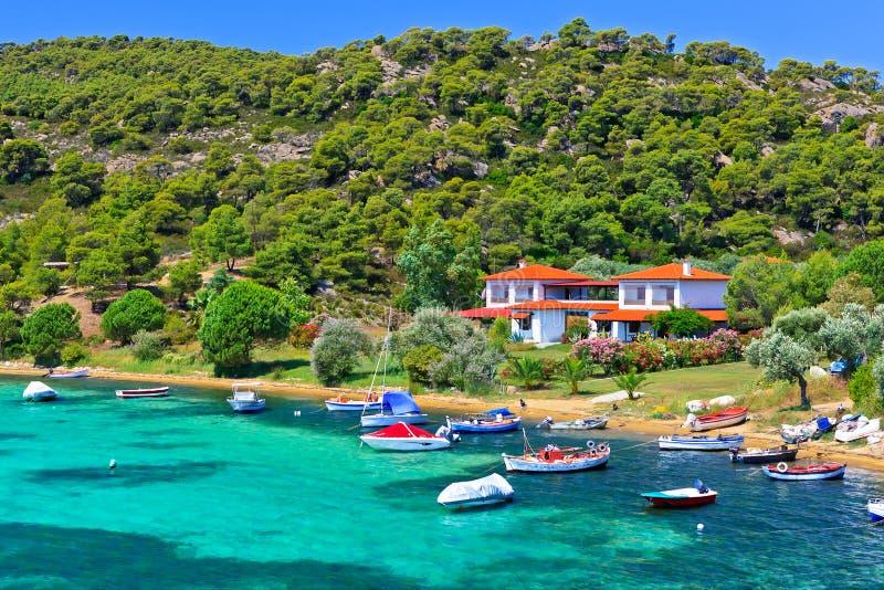 小船和游艇在别墅附近停泊了在一个偏僻的地点 免版税图库摄影