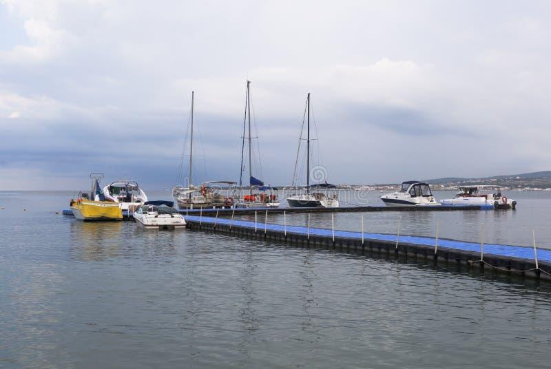 小船和游艇在浮码头在Gelendzhik海湾初夏早晨 免版税库存照片