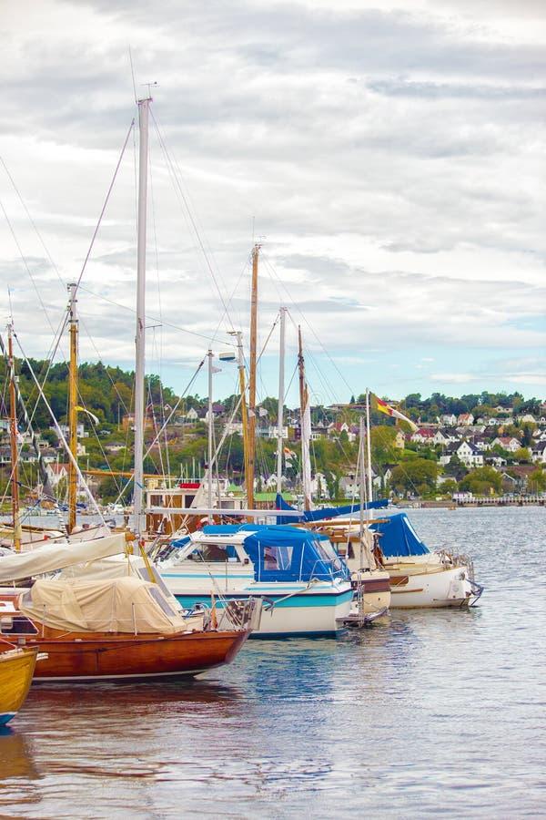 小船和游艇阻塞与绳索对码头 库存照片
