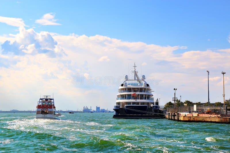 小船和游轮Ponant Le Lyrial在威尼斯,意大利 免版税图库摄影