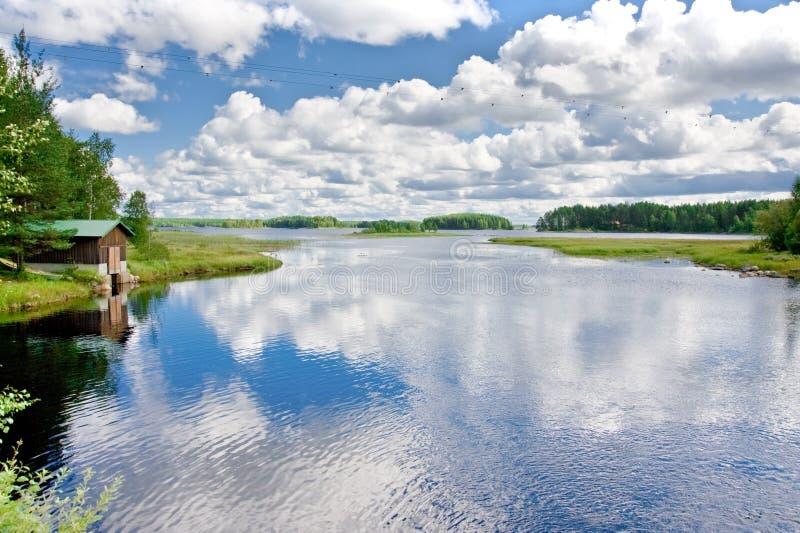 小船和湖的木房子在芬兰 免版税库存图片