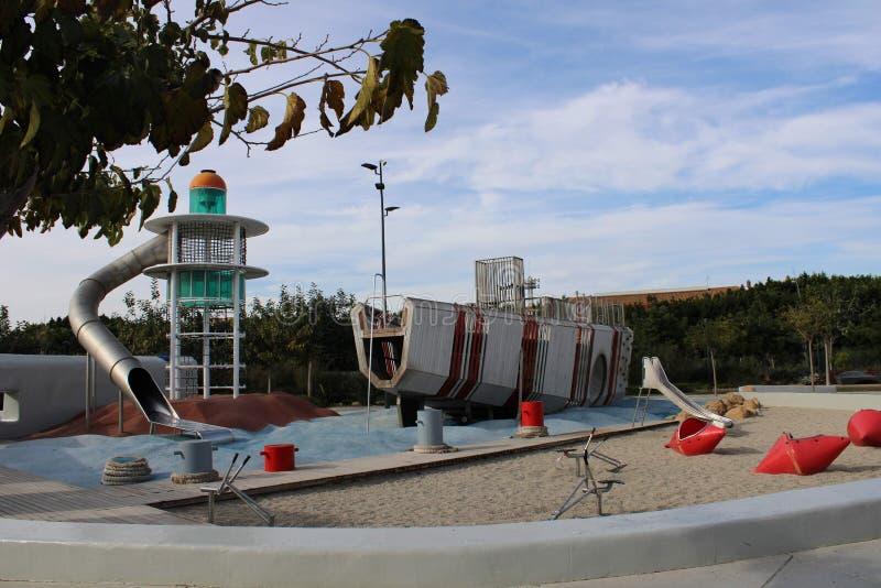 小船和灯塔上升的 库存照片